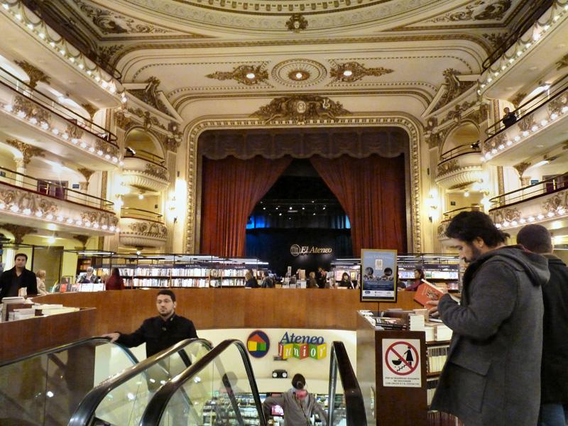 A la tombée de la nuit, les porténos aiment se retrouver dans l'une des plus belles librairies au monde : l'Ateneo