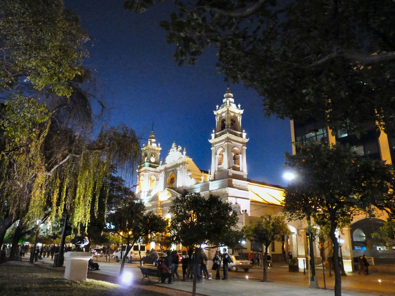 De Salta surnommée la Linda (la belle) on retiendra la plaza del 9 de julio et sa cathédrale baroque