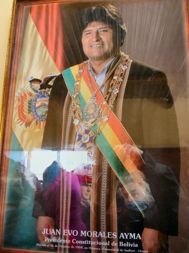 Le minuscule poste frontière bolivien, le portrait du président Evo Morales et les premières terres des confins