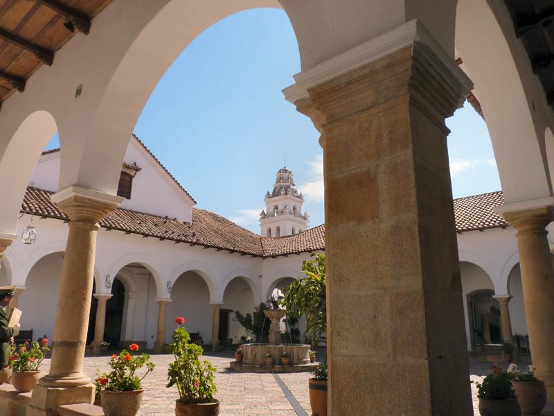 Sur la place centrale de Sucre, l'un des fleurons de l'art baroque espagnol édifié à partir de 1592, la Casa de la Libertad. Cet ensemble de bâtiments présente tout ce qu'il y a à savoir sur l'histore très mouvementée de la naissance de la Bolivie