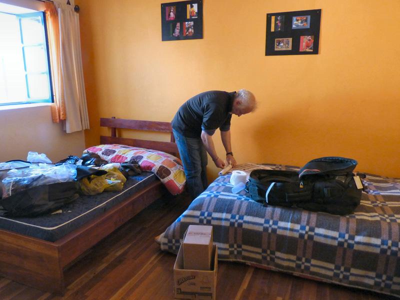 Dernières heures avant le départ pour La Paz. Avocat maison (trop bon !) et préparatifs soigneux des sacs-à-dos (cartons récupérés al Mercado pour protéger les souvenirs)