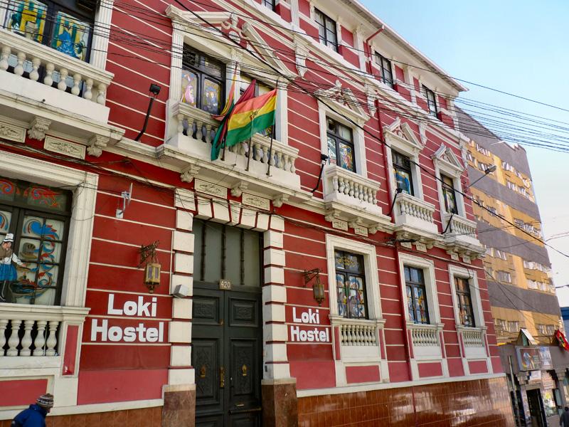 Après une nuit en bus particulièrement éprouvante (route sinueuse, froid glacial), nous gagnons La Paz, la capitale de la Bolivie. Située à plus de 4àààm d'altitude, chaque pas est un nouvel effort pour se hisser jusqu'à l'hôtel ( immeuble décati de facture viennoise : une auberge de jeunesse, ses chambres en boîte et ses couloirs interminables)