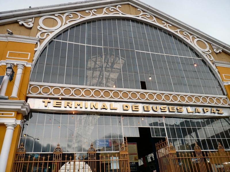 Debout à 5h du matin, nous nous rendons au terminal pour prendre un bus qui nous emmène au Pérou, et plus précisément à Puno sur les rives du lac Titicaca
