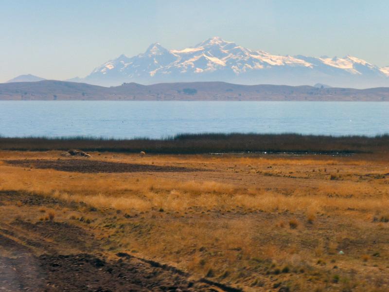 Le lac Titicaca (Patte de Puma), dont le dessin géographique peut être observé par sattellite, se partage (445%-65%) entre la Bolivie et le Pérou