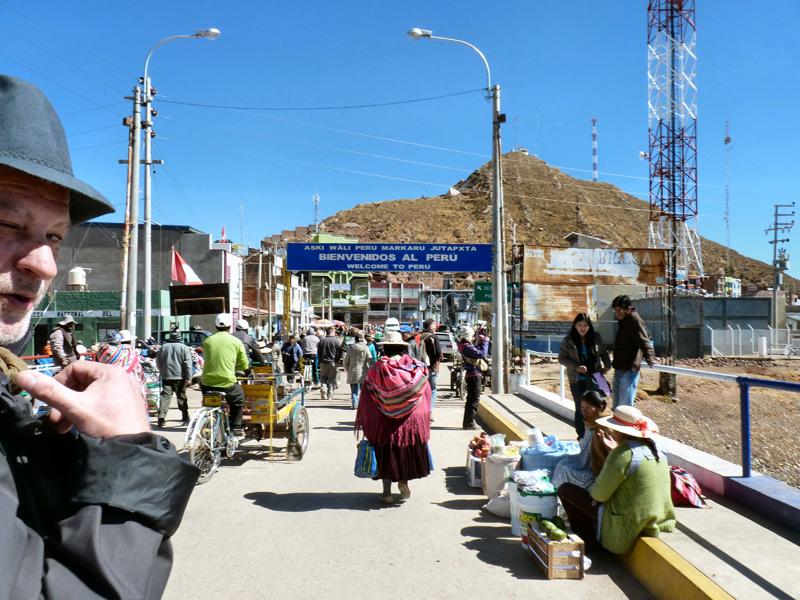 Passage -à pied-  de la frontière Bolivie Pérou
