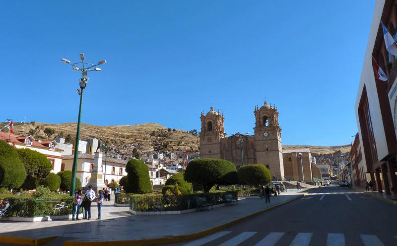 Arrivée à Puno, ville portuaire, située dans une anse