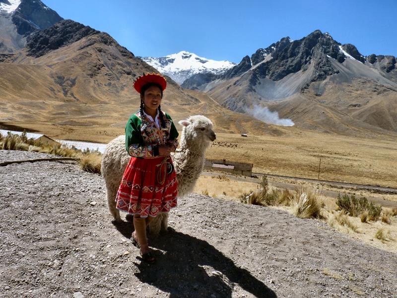 Avant la descente vers Cuzco, un col à 4624 m où le bus fait une courte halte. Vendeurs ambulants et alpagas nous alpaguent !