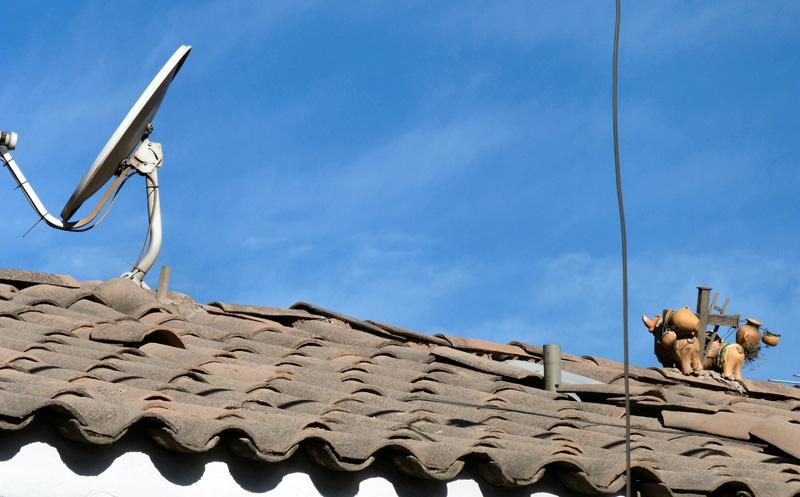 Modernité et tradition : une parabole et deux petits taureaux en céramique, sorte de porte-bonheur pour les récoltes agricoles à venir.