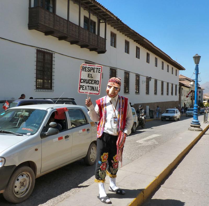 Le piéton n'est pas roi à Cuzco, loin de là ! D'où ces rappels à la loi