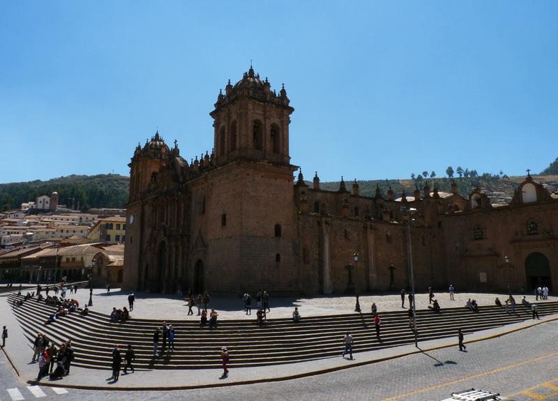 La célèbre Plaza de Armas, joyau de l'art baroque colonial espagnol, mais ne pas oublier que la majorité des édifices religieux de Cuzco ont été bâtis après que les espagnols eurent pillé les Incas, récupérant au passage les pierres des temples anciens