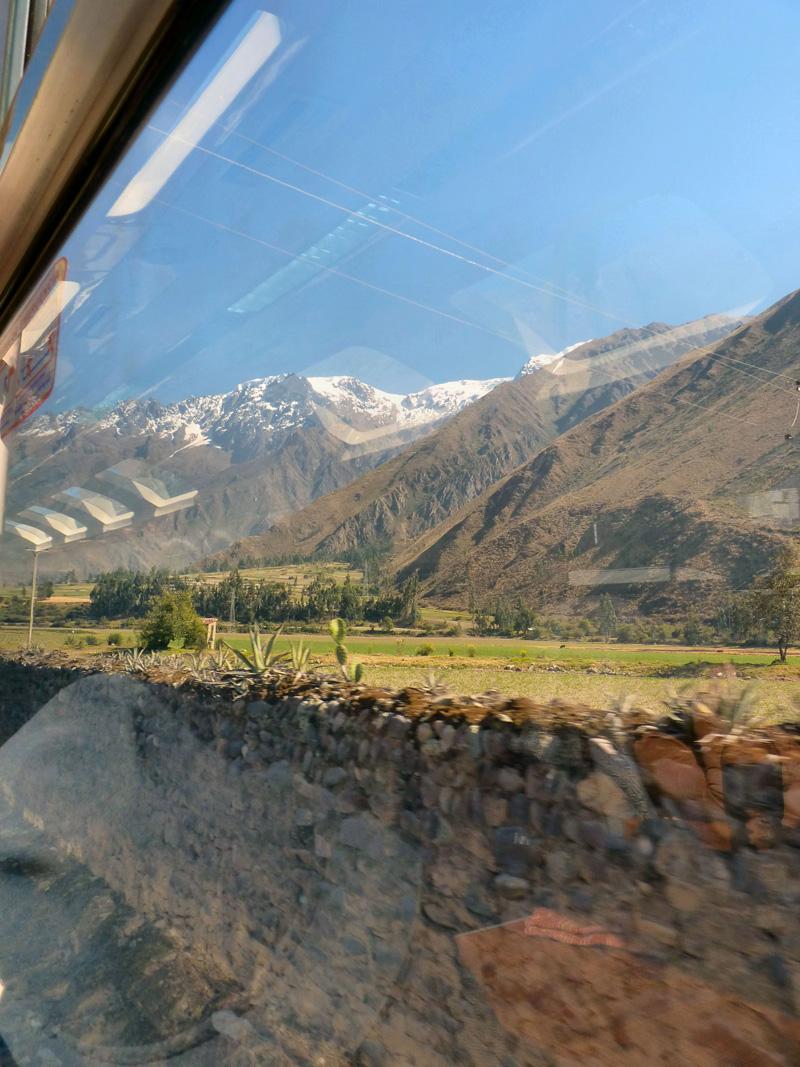 Bien sûr, le site de Machu Picchu est un des hauts lieux du tourisme planétaire et bien sûr, si vous saviez comme c'est enfantin, partant de Cuzco, de s'y rendre de bon matin ! Non ! Nous plaisantons : que vous soyiez pauvre ou riche, le Machu Picchu n'est pas aussi facile à atteindre. Pour y aller, il vous faudra, dans cet ordre, d'abord prendre un bus à 5 h du matin qui vous mènera à la gare d'Ollantaytanbo à 90 km de là, puis un train pendant une bonne heure et demi, lequel serpentera dans un canyon étroit jusqu'à la gare d'Aguas Calientes. Vous pensez être arrivé ? Détrompez-vous ! Il déjà 9 h que vous devez monter à bord d'un autre bus, après avoir traversé un gigantesque bazar touristique, et au bout de 45 minutes d'une rude montée à flanc de montagne, vous êtes enfin récompensé : la magie du lieu s'impose ! C'est vrai ce matin comme il y a près de 40 ans, n'est-ce-pas Marie ? A l'époque, peu de touristes, d'authentiques baroudeurs et un petit train des indiens qui suivait la piste de l'Inca...