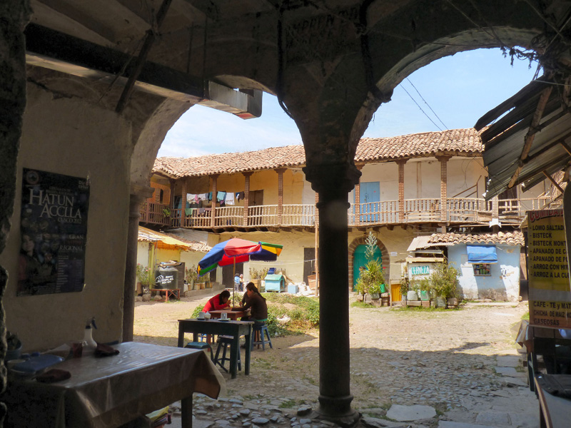 """Envers du décor : une cour de style colonial, complètement délabrée où vivent des familles et se sert un café ou une cerveza à prix divisé par 8, au son d'une musique cubaine. Seuls viennent ici los péruanos et quelques fervents du """"juste prix"""" tels que nous"""