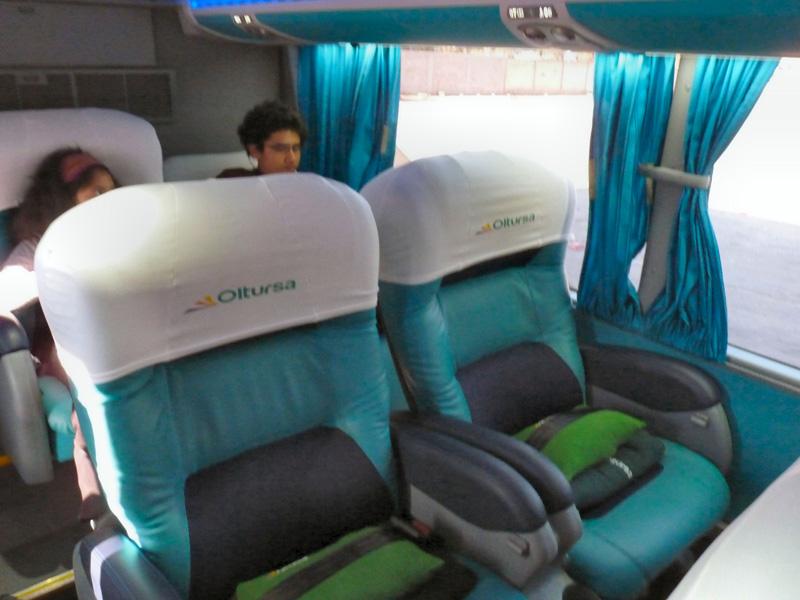 De Cuzco, nous prenons un bus en direction de Lima. Grand confort VIP, une fois n'est pas coutume, pour traverser la cordillère des Andes et redescendre sur l'autre versant, la côte Pacifique