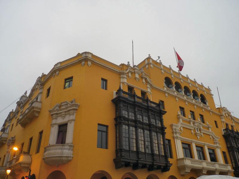 Nous sortons filer les heures, car Lima, mégalopole d'aujourd'hui, 9 millions d'habitants, offre un intérêt architectural et au-delà culturel très limité, ayant connu plusieurs séismes qui ont tout détruit dans le centro historique