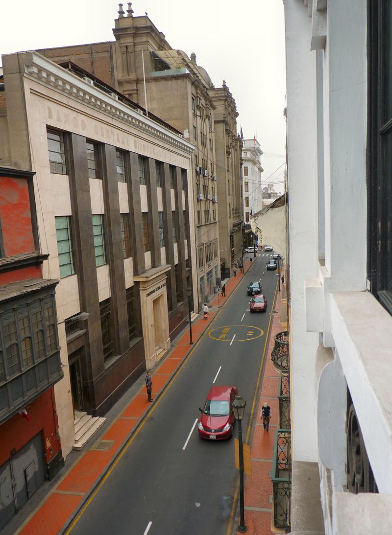Les rues sont progressivement (progrès ?!?) barrées par l'autorité publique. Film tant de fois visionné dans le film