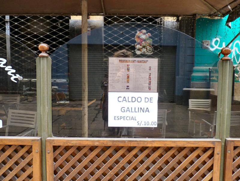 Plaza Mayor, au cœur historique de la ville, à deux rues de notre hôtel. Nous avons repéré un restaurant qui propose du cebiche mixto (poisson cru mariné dans du citron avec des oignons) et du caldo de gallina (poule au pot) pour nous réchauffer.