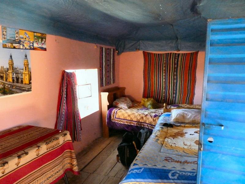 La chambre est simple et propre, les baños (SdB-toilettes) réduits à l'essentiel avec une citerne et un pichet. Il fait toujours très froid car nous sommes en altitude (4000m).