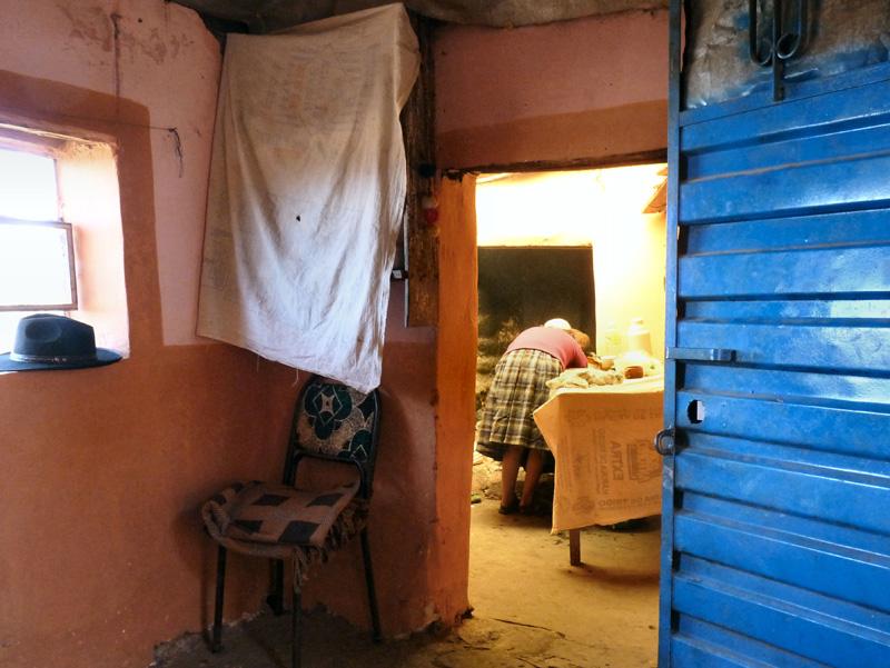 Leur lieu à vivre est réduit : une minuscule pièce à tout faire flanquée d'une cuisine et son âtre ouvert.