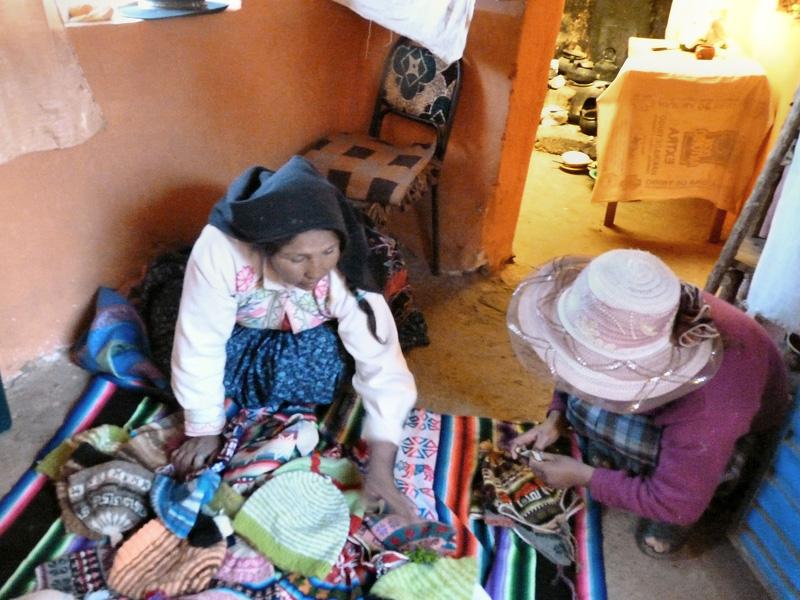 La grand-mère nous convie fortement à admirer son artisanat. Difficile de ne pas acheter quelque chose !