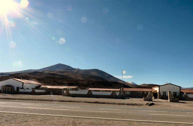 Paso de Jama, 4500 mètres d'altitude, frontière Argentine-Chili. Un des passagers du bus est recherché par...Interpol ! Sommes bloqués dans le froid et le vertige des hauteurs le temps des vérifications. Nous intervenons en force auprès des douaniers pour qu'ils laissent repartir le bus. Au bout de quatre heures, nous reprenons la route vers San Pedro de Atacama, notre base arrière pour la découverte du Salar d'Uyuni, le désert le plus inhospitalier de la planète.