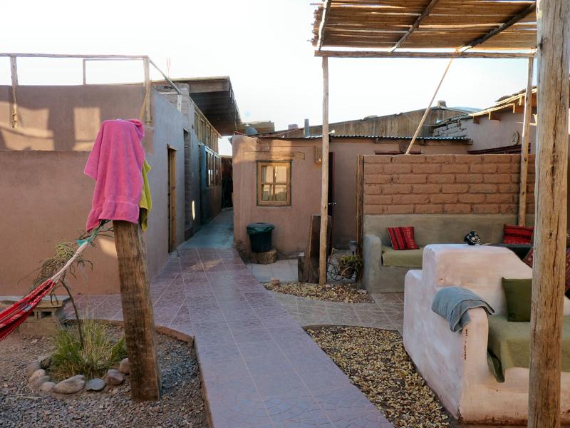 A l'orée du désert de sel, de sable et de rocaille, l'oasis de San Pedro de Atacama, bourgade de deux mille âmes perdue au nord du Chili. Ici, le ciel le plus pur du monde à en croire les indiens atacaméniens (Qechuas) et les astrophysiciens en culottes longues (un projet international vise à construire dans le coin un complexe d'observation spatiale d'un calibre inégalé). Il n'a pas plu en certains endroits depuis plus de 8O ans.