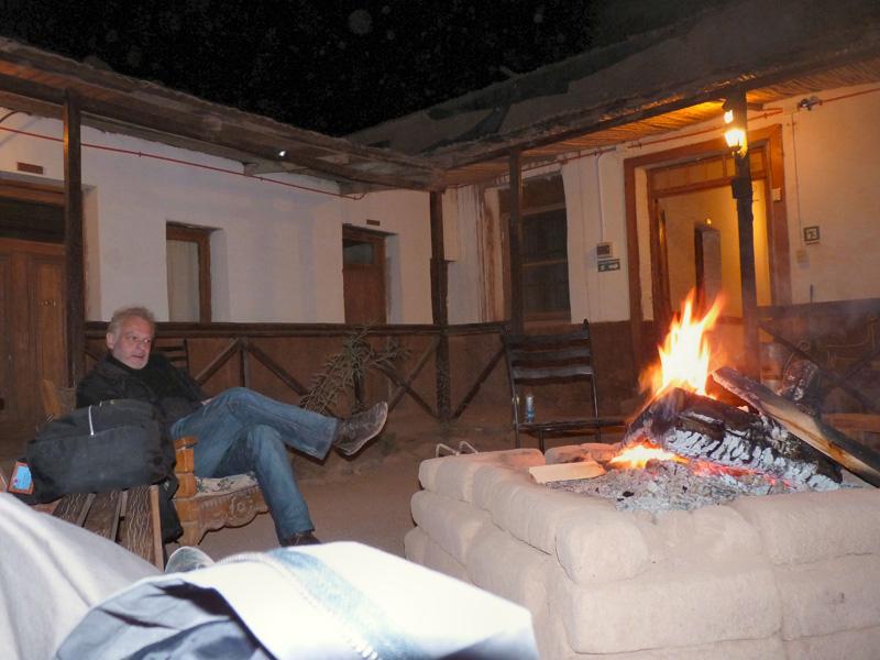 Après une journée harassante à 26OO m d'altitude, ce feu de bois nous réconforte dans l'hostal-centre culturel La Rose d'Atacama tenu par un couple franco-argentin. Nous apprenons que l'un des animateurs n'est autre que le fils de l'ancien ministre de l'intérieur chilien de Salvador Allende et président de l'union des écrivains. Enfant, il a fui la dictature Pinochet pour trouver refuge en France. Trente ans plus tard, il revient dans son pays et se passionne à faire découvrir celui-ci aux intrépides des quatre coins du monde.