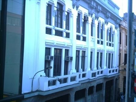 Après 21 h de bus, nous arrivons enfin à Lima-mégalopole, à l'hôtel Balcon Dorado, édifice construit dans les années 1920 par les ateliers Gustave Eiffel. Cet hôtel - galerie d'art - premier prix mais au centre ville, à deux pas de la plaza Mayor, offre un confort rudimentaire, très années 50, pour les quelques heures à passer avant de prendre l'avion.